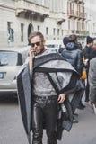 Povos fora da construção do desfile de moda de Cavalli para a semana de moda 2015 de Milan Men Fotos de Stock