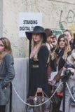 Povos fora da construção do desfile de moda de Dirk Bikkembergs para a semana de moda 2015 de Milan Men Fotos de Stock