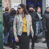 Povos fora da construção do desfile de moda de Dirk Bikkembergs para a semana de moda 2015 de Milan Men Fotografia de Stock