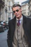 Povos fora da construção do desfile de moda de Ferragamo para a semana de moda 2015 de Milan Men Imagem de Stock