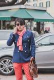 Povos fora da construção do desfile de moda de Gucci para a semana de moda 2015 de Milan Men Imagens de Stock Royalty Free