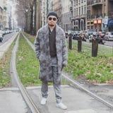 Povos fora da construção do desfile de moda de Gucci para a semana de moda 2015 de Milan Men Imagens de Stock