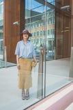 Povos fora da construção nacional do desfile de moda do traje para Milão Imagens de Stock Royalty Free