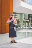 Povos fora da construção nacional do desfile de moda do traje para Milão Fotos de Stock Royalty Free