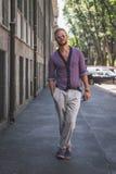 Povos fora da construção do desfile de moda de Armani para a arrelia de Milan Men Foto de Stock Royalty Free