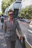 Povos fora da construção do desfile de moda de Armani para a arrelia de Milan Men Imagem de Stock
