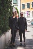 Povos fora da construção do desfile de moda de Armani para a arrelia de Milan Men Imagens de Stock