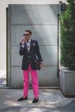Povos fora da construção do desfile de moda de Armani para a arrelia de Milan Men Fotografia de Stock