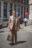 Povos fora da construção do desfile de moda de Ferragamo para o F de Milan Men Fotos de Stock