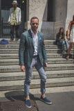 Povos fora da construção do desfile de moda de Ferragamo para o F de Milan Men Imagens de Stock