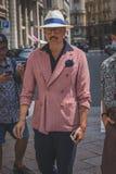 Povos fora da construção do desfile de moda de Ferragamo para o F de Milan Men Fotografia de Stock