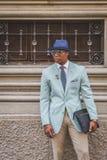 Povos fora da construção do desfile de moda de Ferragamo para o F de Milan Men Fotos de Stock Royalty Free
