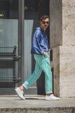 Povos fora da construção do desfile de moda de Ferragamo para o F de Milan Men Imagem de Stock
