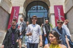 Povos fora da construção do desfile de moda de Ferragamo para o F de Milan Men Imagem de Stock Royalty Free