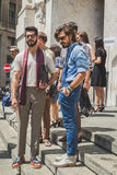 Povos fora da construção do desfile de moda de Ferragamo para o F de Milan Men Foto de Stock