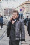 Povos fora da construção do desfile de moda de Gucci para a semana de moda 2015 de Milan Men Fotos de Stock Royalty Free