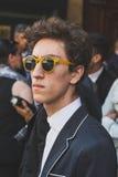 Povos fora da construção do desfile de moda de John Richmond para Milan Men Foto de Stock