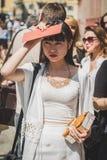 Povos fora da construção do desfile de moda de Missoni para o fá de Milan Men Fotos de Stock Royalty Free