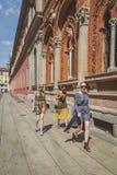 Povos fora da construção do desfile de moda de Missoni para o fá de Milan Men Fotografia de Stock