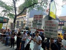Povos fora da loja da foto de B&H em Manhattan que protestam com sinais que chamam para a terminação de união-rebentar nas mã imagens de stock