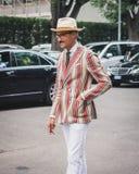 Povos fora dos desfiles de moda de Armani que constroem para a semana de moda 2014 de Milan Men Imagem de Stock