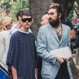 Povos fora dos desfiles de moda de Armani que constroem para a semana de moda 2014 de Milan Men Fotografia de Stock