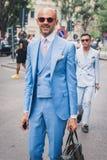 Povos fora dos desfiles de moda de Armani que constroem para a semana de moda 2014 de Milan Men Imagem de Stock Royalty Free