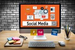 Povos globais de uma comunicação social da conexão dos meios que usam mobil Fotografia de Stock