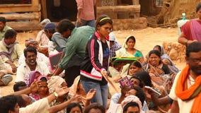 Povos indianos com os livros na vila video estoque