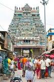 Povos indianos na rua aglomerada perto do templo de Sri Ranganathaswamy foto de stock