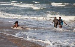 Povos indianos no oceano Imagens de Stock