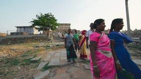 Povos indianos que andam através da rua ÍNDIA, NEPAL, EM ABRIL DE 2018 vídeos de arquivo