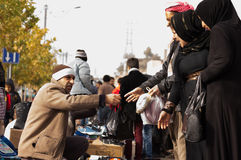 Povos iraquianos que trocam em um mercado Imagens de Stock