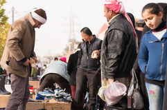 Povos iraquianos que trocam em um mercado Imagem de Stock
