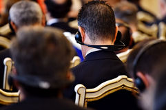 Povos irreconhecíveis que usam fones de ouvido Imagens de Stock Royalty Free