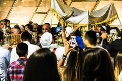 Povos judaicos não identificados na cerimônia de Simhath Torah Tel Aviv imagem de stock royalty free