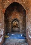 Povos locais da vila que descansam dentro de um pagode na tarde, Bagan, Myanmar fotografia de stock
