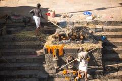Povos locais durante a cerimônia da cremação ao longo do rio santamente de Bagmati em Bhasmeshvar Ghat no templo de Pashupatinath Foto de Stock