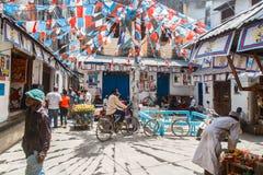 Povos locais em uma rua na cidade de pedra A cidade de pedra é a parte velha da cidade de Zanzibar, a capital de Zanzibar, Tanzân Imagens de Stock