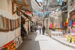 Povos locais em uma rua na cidade de pedra A cidade de pedra é a parte velha da cidade de Zanzibar, a capital de Zanzibar, Tanzân Fotografia de Stock