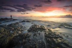 Povos locais na silhueta que apreciam a pesca durante o por do sol na ilha de Lombok, Indonésia fotografia de stock