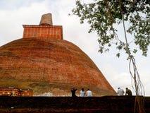 Povos locais no monastério, Sri Lanka fotografia de stock royalty free