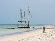 Povos locais que biking em Zanzibar imagens de stock royalty free