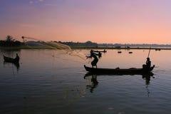 Povos locais que pescam no por do sol, Amarapura, Myanmar Imagens de Stock