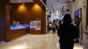 Povos Lotte Shopping Mall de passeio em Seoul, Coreia vídeos de arquivo
