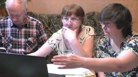 Povos mais idosos na tabela com um caderno vídeos de arquivo