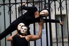 Povos mascarados perto de uma porta. Imagens de Stock Royalty Free