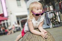Povos Menina bonita com o cabelo louro encaracolado que joga fora em um dia de verão ensolarado Imagem de Stock Royalty Free