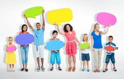 Povos misturados da idade que compartilham de ideias sobre meios sociais imagem de stock