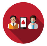 Povos modernos e doutor lisos que conectam com o móbil Imagens de Stock Royalty Free